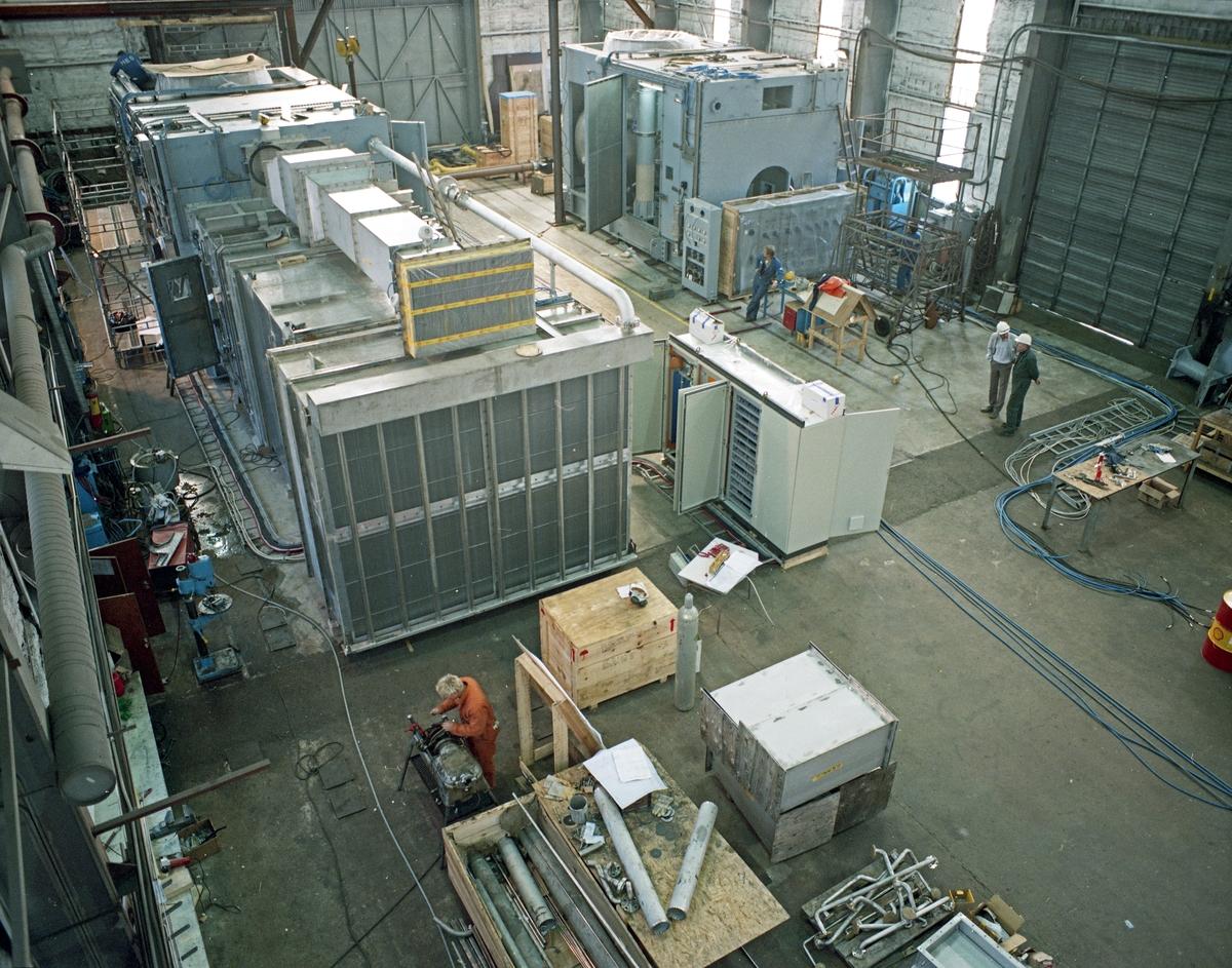 H.M.V. Interiør. Flere prosjekter på gang, spredt rundt på verkstedgulvet.