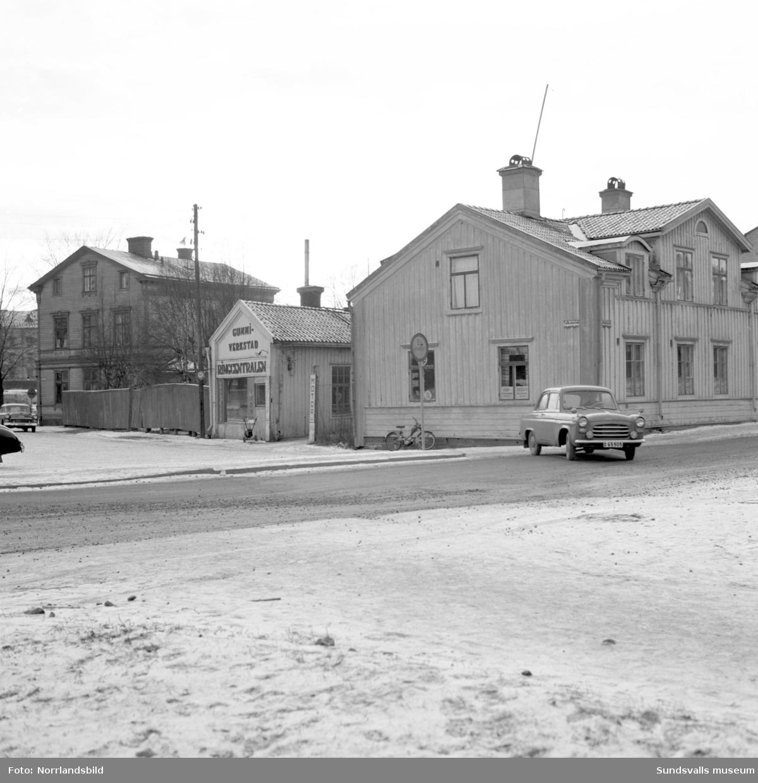 Norrmalm innan saneringen. Kvarteret Notvarpet mot dåvarande Borgmästaregatan. I mitten en gummiverkstad, Ringcentralen. Numera (2016) ligger SCA-kontoret på platsen.