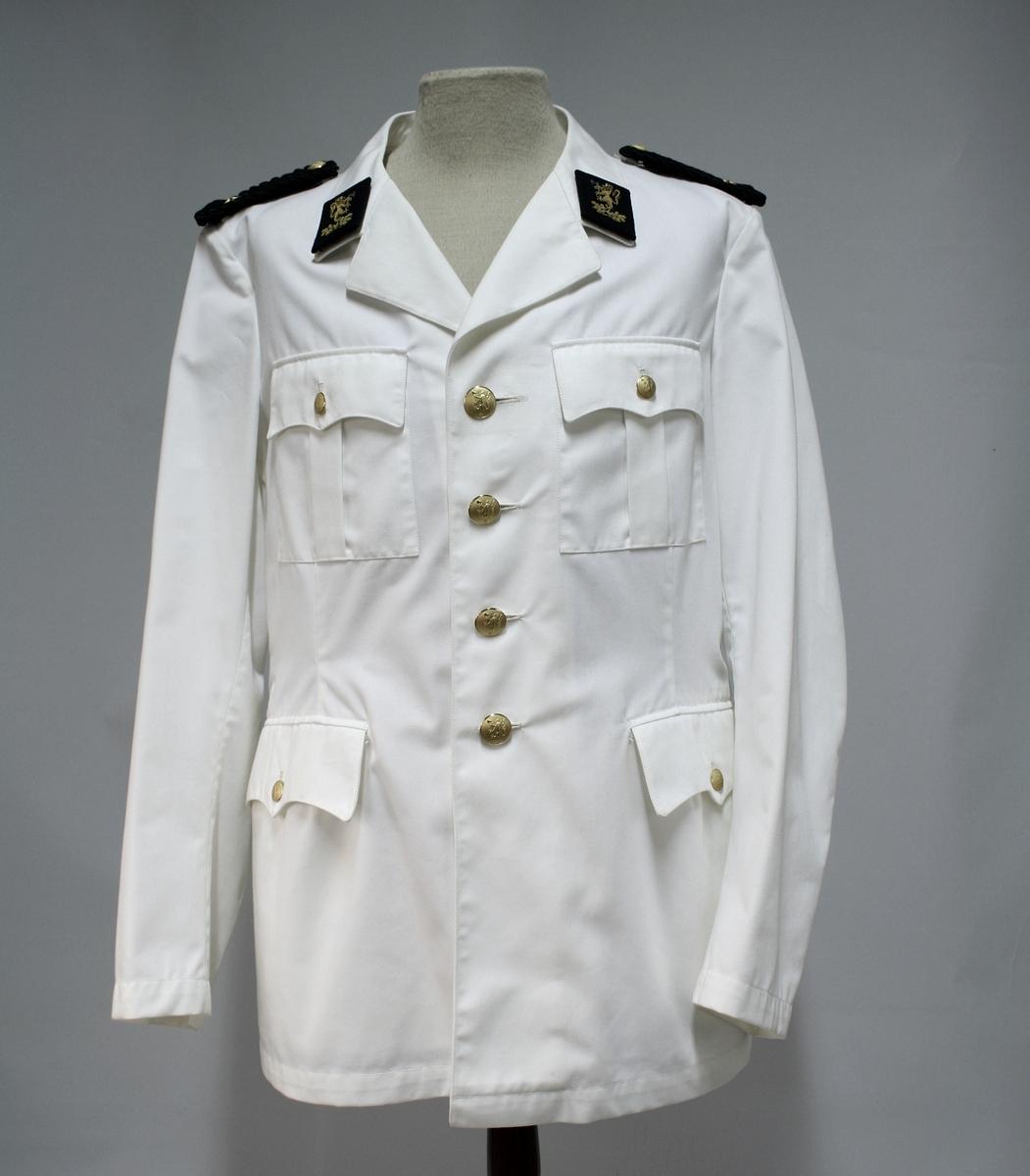 Hvit jakke med fire riksløveknapper, fire ytterlommer, og kragespeil av broderte riksløver. Skulderdistinksjoner av sorte fletter med en stjerne.