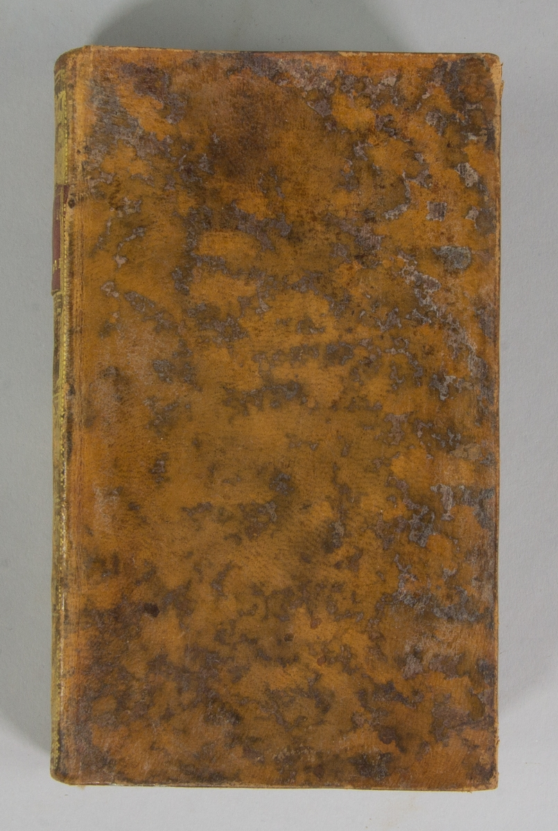 """Bok, helfranskt band: """"Memoires geographiques, physiques et historiques"""", vol. III, skriven av Jacques-Philibert Rousselot de Surgy och tryckt av bokhandlare Durand Neveu i Paris 1767.   Bandet med blindpressad och guldornerad rygg, ett rött titelfält med blindpressad och titel. Pärmen klädd i marmorerat kalvskinn. Pärmarnas sidor förgyllda. Med svarta marmorerade snitt och marmorerade försättsblad. Med rosa bokmärke av siden. Signerad """"U Celsing Tom 4"""" på smutsbladet."""