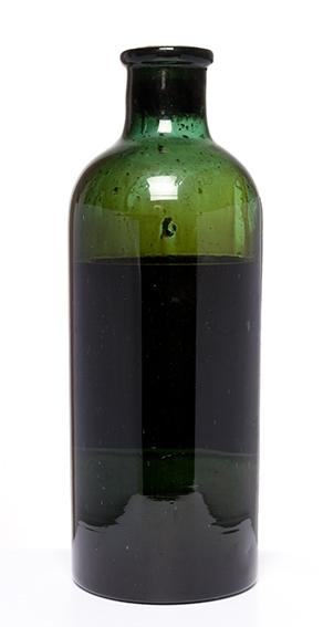 Forseglet flaske inneholdende mørk væske.