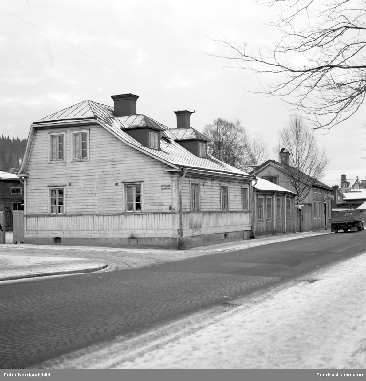 Norrmalm innan saneringen. Västra delen av Skepparegatan, första bilden norrut på Urmakaregatan. övriga bilder österut med fokus på fastigheten Skepparegatan 21.