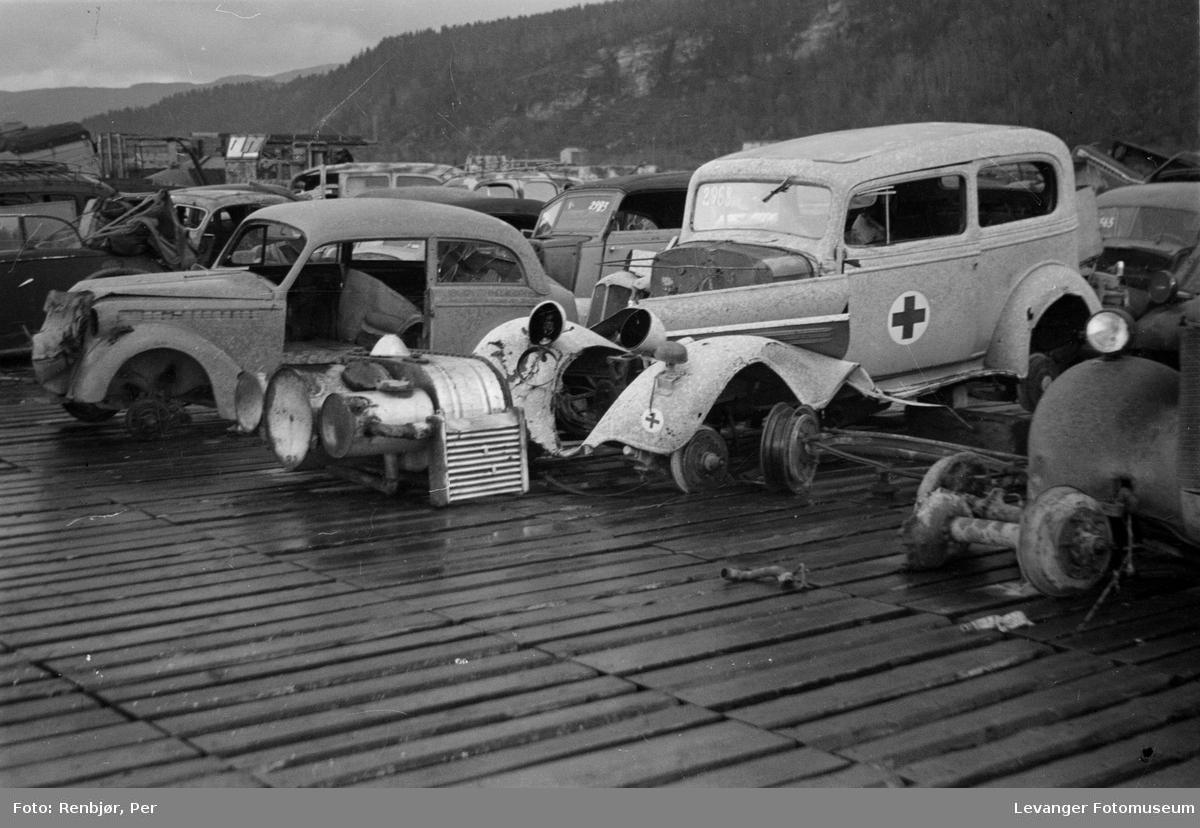 Oppsamling av biler på flystripa ved Øysand, ødelagt ambulanse.