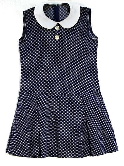 Ermeløs kjole med rund, hvit krage. Foldet underdel.Hvitt prikkemønster på blå bunn.