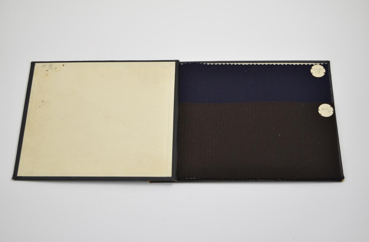 Prøvebok med 2 prøver. Relativt tynne stoff med diskret mønster. Vevemønsteret er det samme for de to prøvene, men fargen varierer. Stoffene ligger brettet dobbelt i boken. Stoffene er merket med en rund papirlapp, festet til stoffet med metallstifter, hvor navn og nummer er påført for hånd.   Stoff nr.: Kv 3/3, Kv 3/4. (Kv står trolig for kvalitet)
