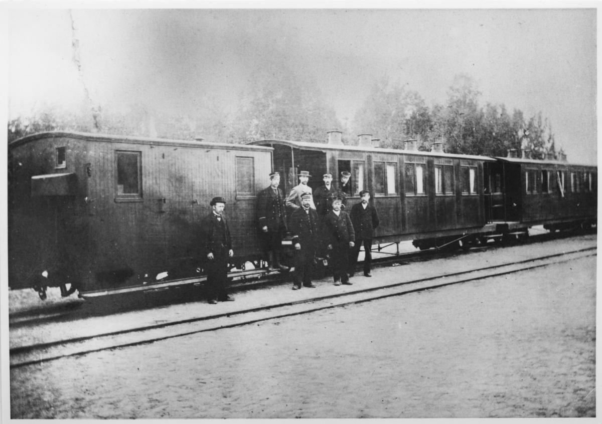 Urskogbanens personvogner på Bingsfos stasjon med diverse tjenestemenn.