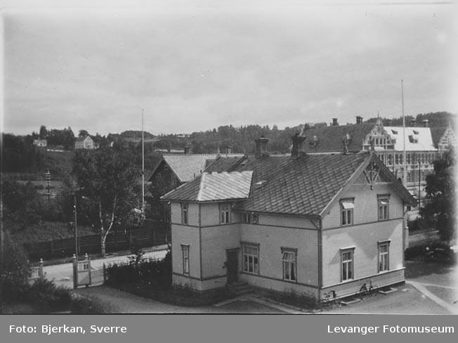 Sveitserhus fra Levanger med den gamle lærerskolen i bakgrunen. Sveitserhus.