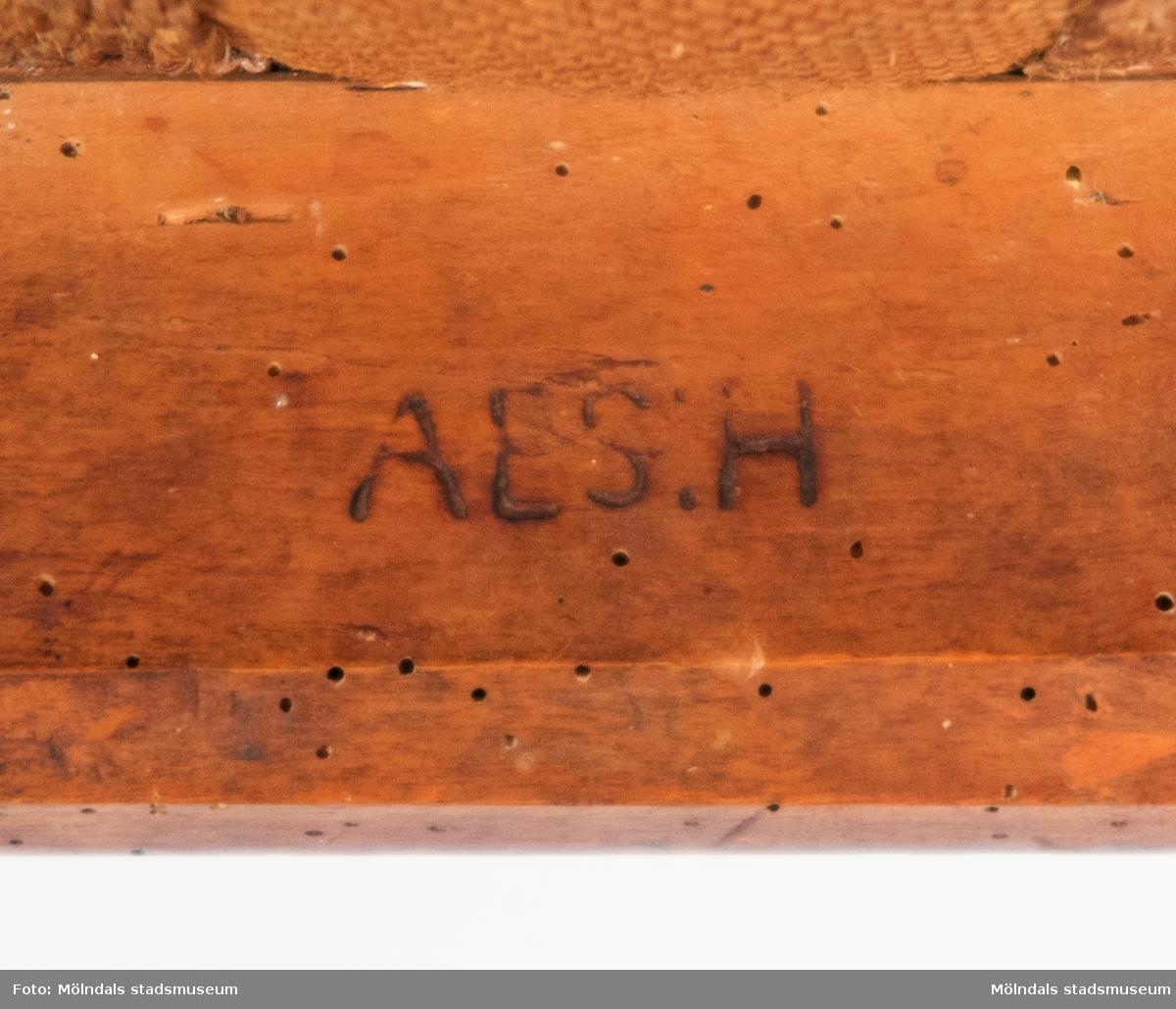 Stol tillverkad av polerad mahogny. Öppen rygg med genombruten regel, fast stoppad sits, sabelformade ben. Stolen är tillverkad på 1820-talet. signerad AES:H = Anders Ericsson Hassungared, 1790-1871 Hassungared är en by i Lindome socken.