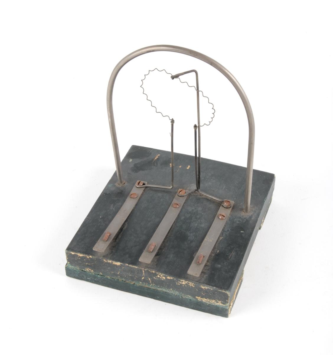 Modellen er montert på en tilnærmet kvadratisk treplate.