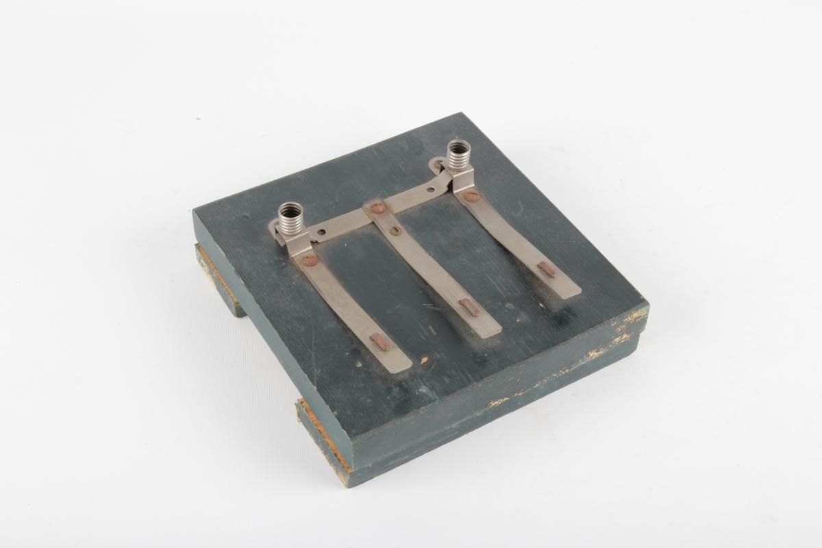 Modell festet på rektangulær treplate. Modell for å vise parallell- og seriekobling