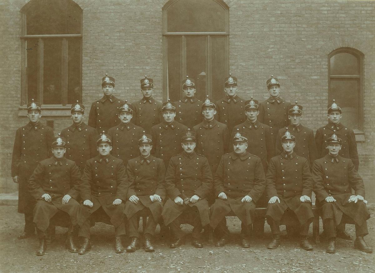 20 polititjenestemenn oppstilt i bakgården på Grønland politistasjon, Tøyenbekken. Blant dem er Otto Birger Holter, konstabel.