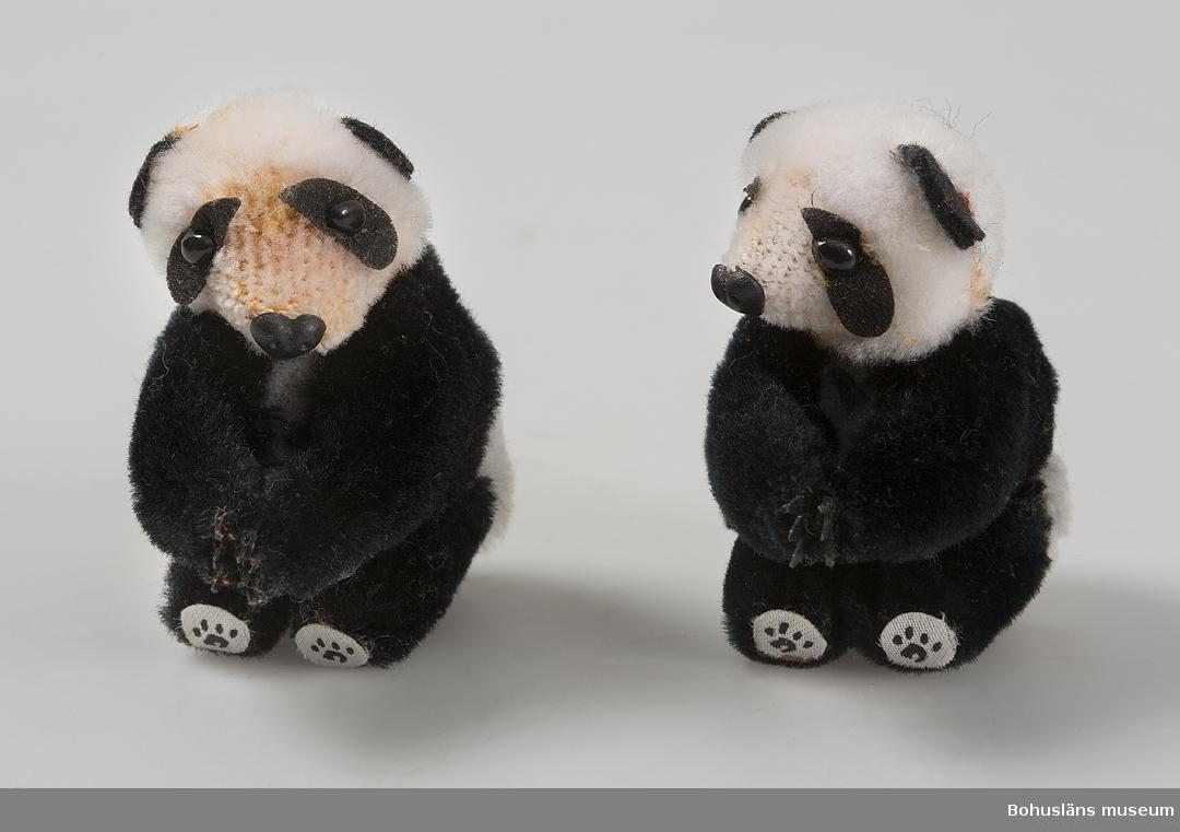 Två pandabjörnar, svarta och vita.