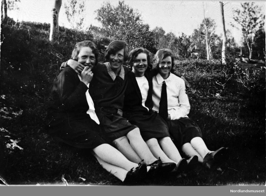Gruppeportrett. Fra v.: Ingeborg Pedersen, f. 1908, Kummeren, Laila Kristine Kristoffersen Breivik, 1910-1935, Hamn, Dagny Johansen, f. 1912, Kummeren og Gudrun Breivik, f. 1908, Breivik. Info: Laila Olsen og Nina Olsen.