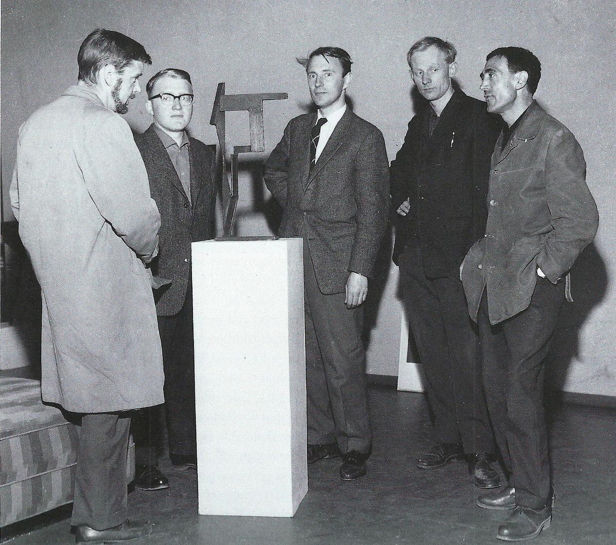 Medlemmene av Gruppe 5 samlet rundt en abstrakt skulptur av Ramon Isern. Fra venstre: Lars Tiller, Halvdan Ljøsne, Roar Wold, Håkon Bleken og Ramon Isern.