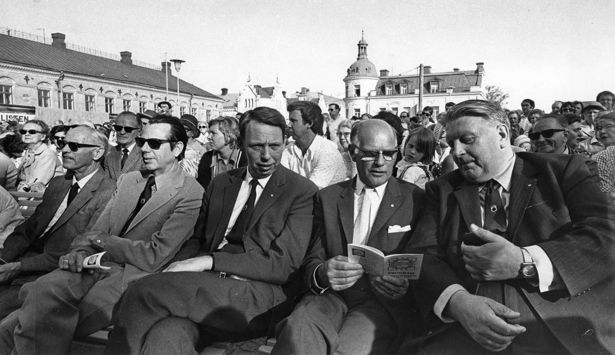 Köping 500 år Publik. Främre raden 2:a från höger är Karl-Erik Wallbom.