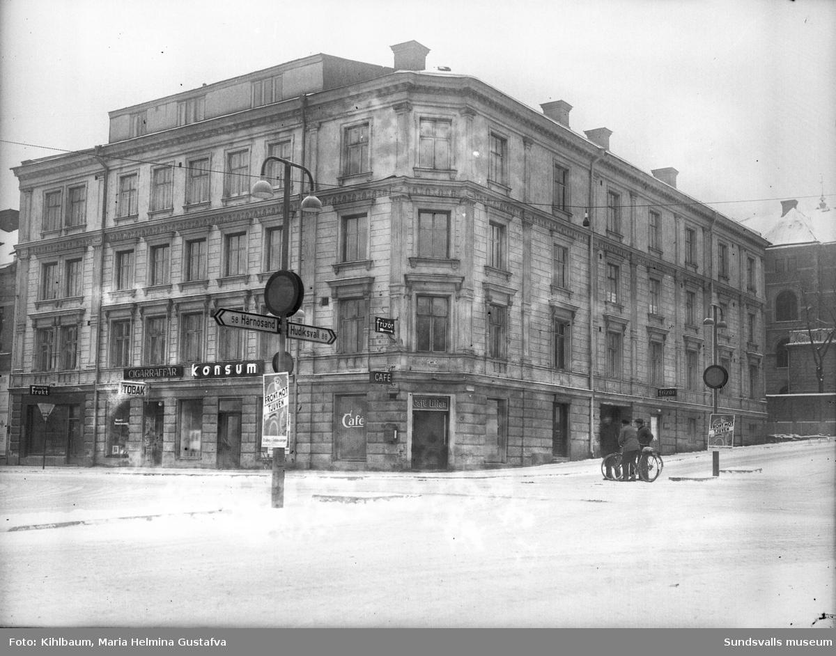 Hellbergska huset på Storgatan 33 där Maria Kihlbaum hade sin fotoateljé. Huset byggdes några år före den stora stadsbranden 1888 men klarade sig skapligt p g a av att den var byggd i sten. Den reparerades och revs först 1947. När Maria flyttade in 1897(där hon hade även sin bostad) fanns bara torrklosett och kallt vatten i kranarna. Man eldade då i vedspisar och kakelugnar. Längst upp ses takfönstren till hennes ateljé, vid denna tid har antalet fönster minskats ned.