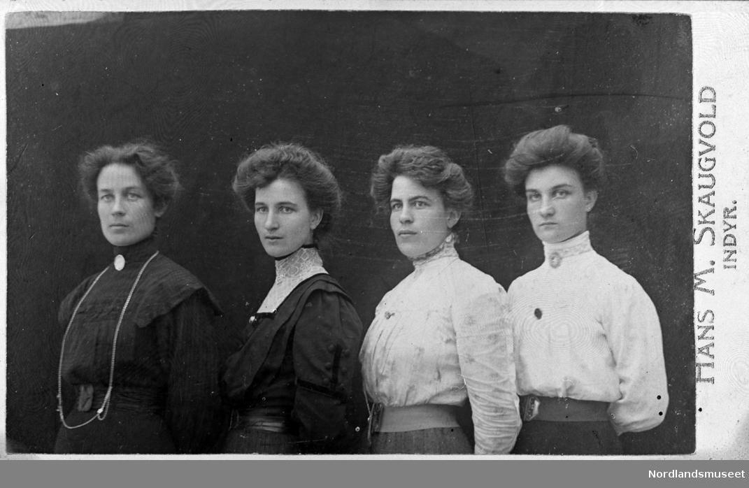 Inndyr. fire søstre.d Fra venstre: Lydia, Julie, Gunda og Emma Tokle, Inndyr, Gildeskål.