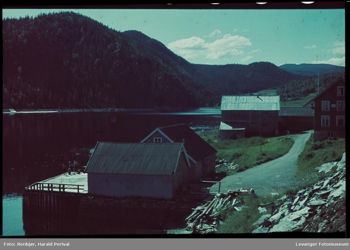 Dampskipskaia i Hjellbotn. Vi ser litt av gavlveggen til Hjellnes Landhandel.