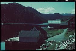 Dampskipskaia i Hjellbotn. Vi ser litt av gavlveggen til Hje