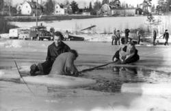 """Livräddningsövning på Sidsjön. Brandman Sven Eriksson """"rädda"""
