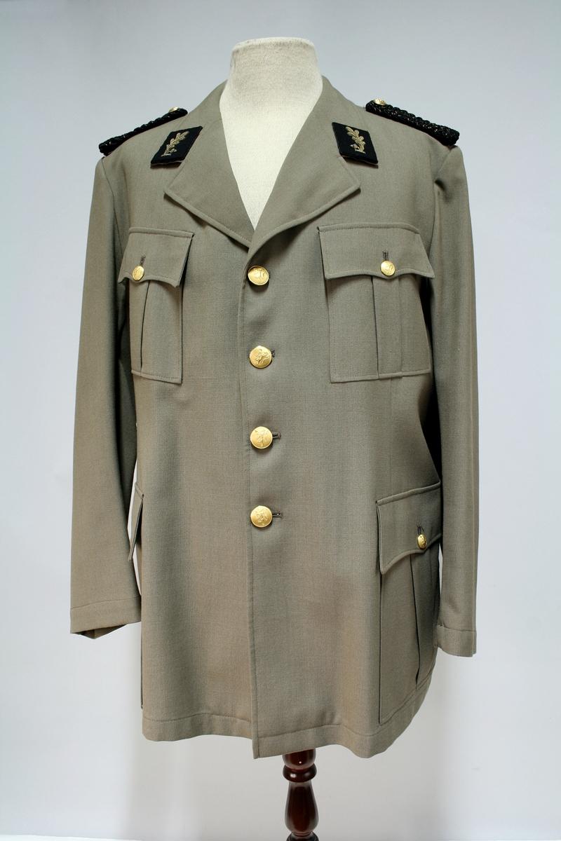 Jakken er lik 1953 modellen bortsett fra den rette ryggsømmen.  Khaki jakke med fire knapper, fire ytterlommer, kragespeil med broderte ekeblad og skulderklaffer av sorte fletter med gullsnor.