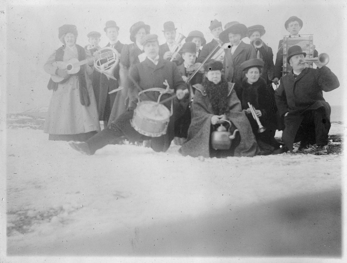 Gruppe mennesker fotografert med sine musikkinstrumenter etter fest. Ragnhild Gundersen er kvinenn i