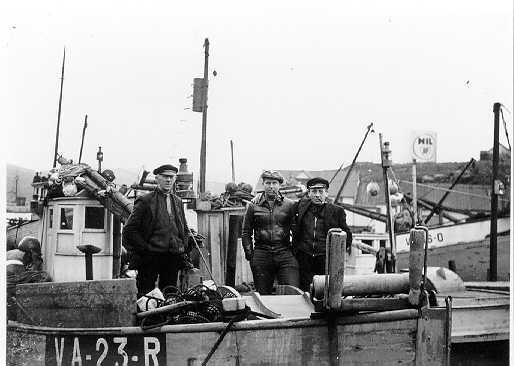 Mennesker, fiskebåter, fiskeredskap, klær.