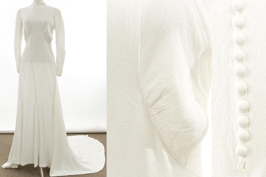 Smal kjole med langt slep. Lange puffermer. Helskåret midt foran. Bryststykket er rynket til forbredden