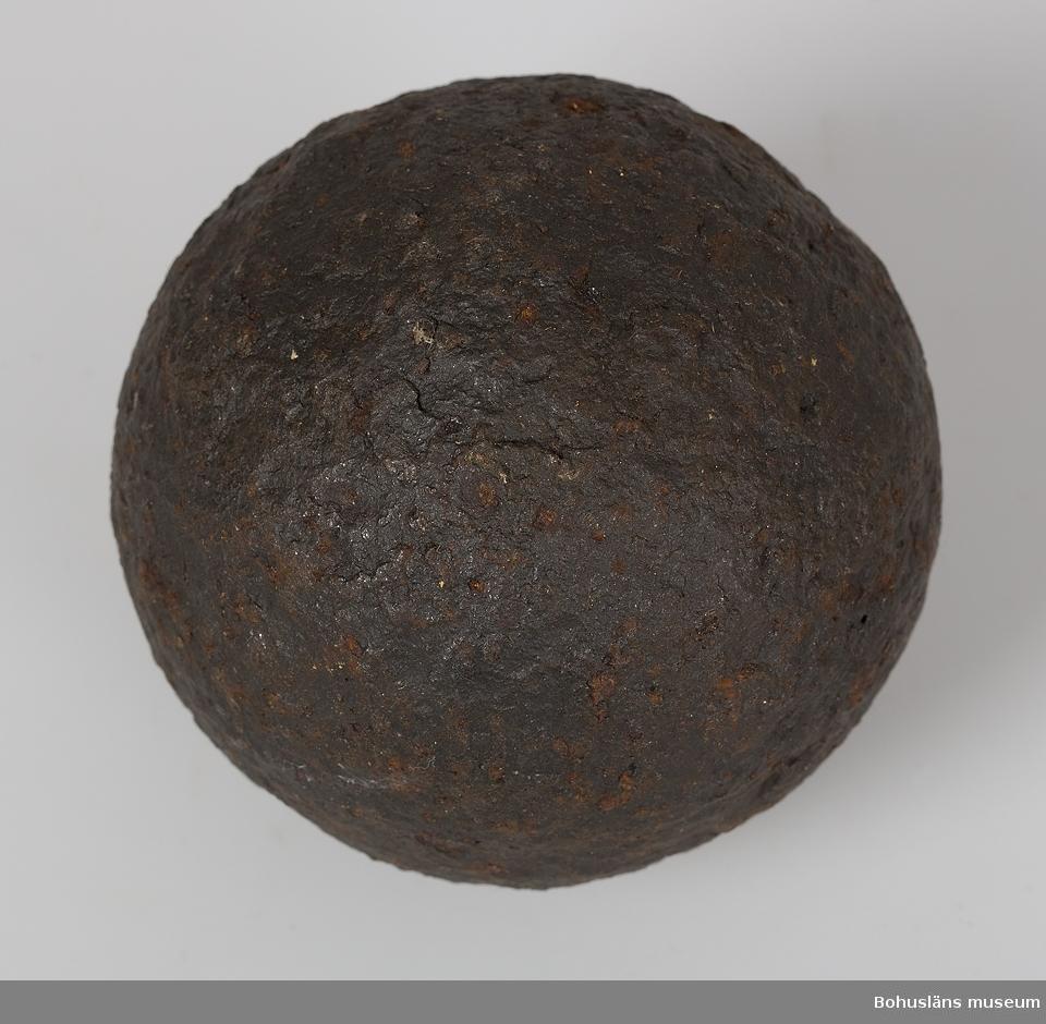 Ur handskrivna katalogen 1957-1958: Tre kanonkulor a) D. c:a 9 cm; ytan vittrad; hel. b) D. 8,7 cm; ytan vittrad ngt rostig. c) D. 8,7 cm; ytan vittrad ngt rostig. Märkta UM5418:a; UM5418:b; UM5418:c.  Lappkatalog: 55