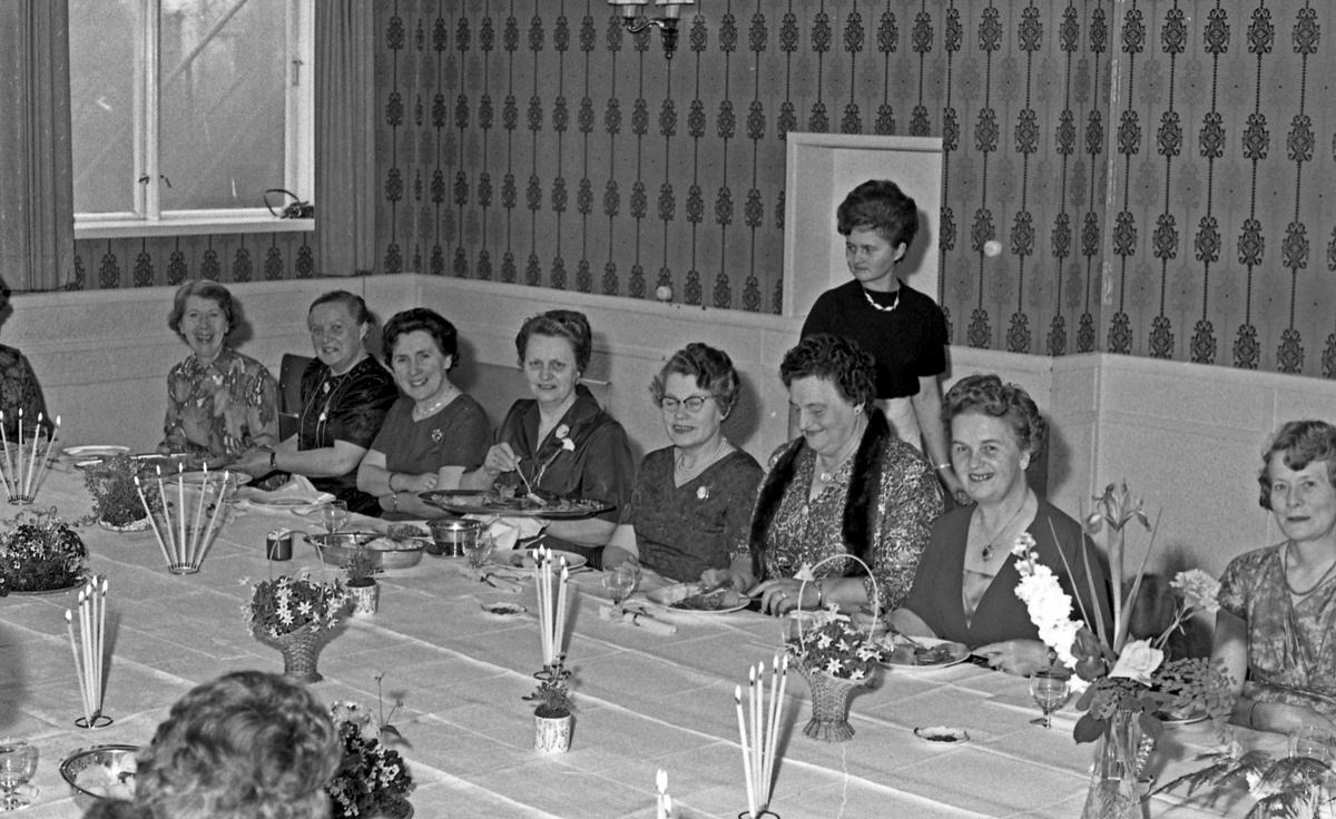 Portrett - selskap, festdeltagere samlet rundt bordet - bestiller Egil Mæland