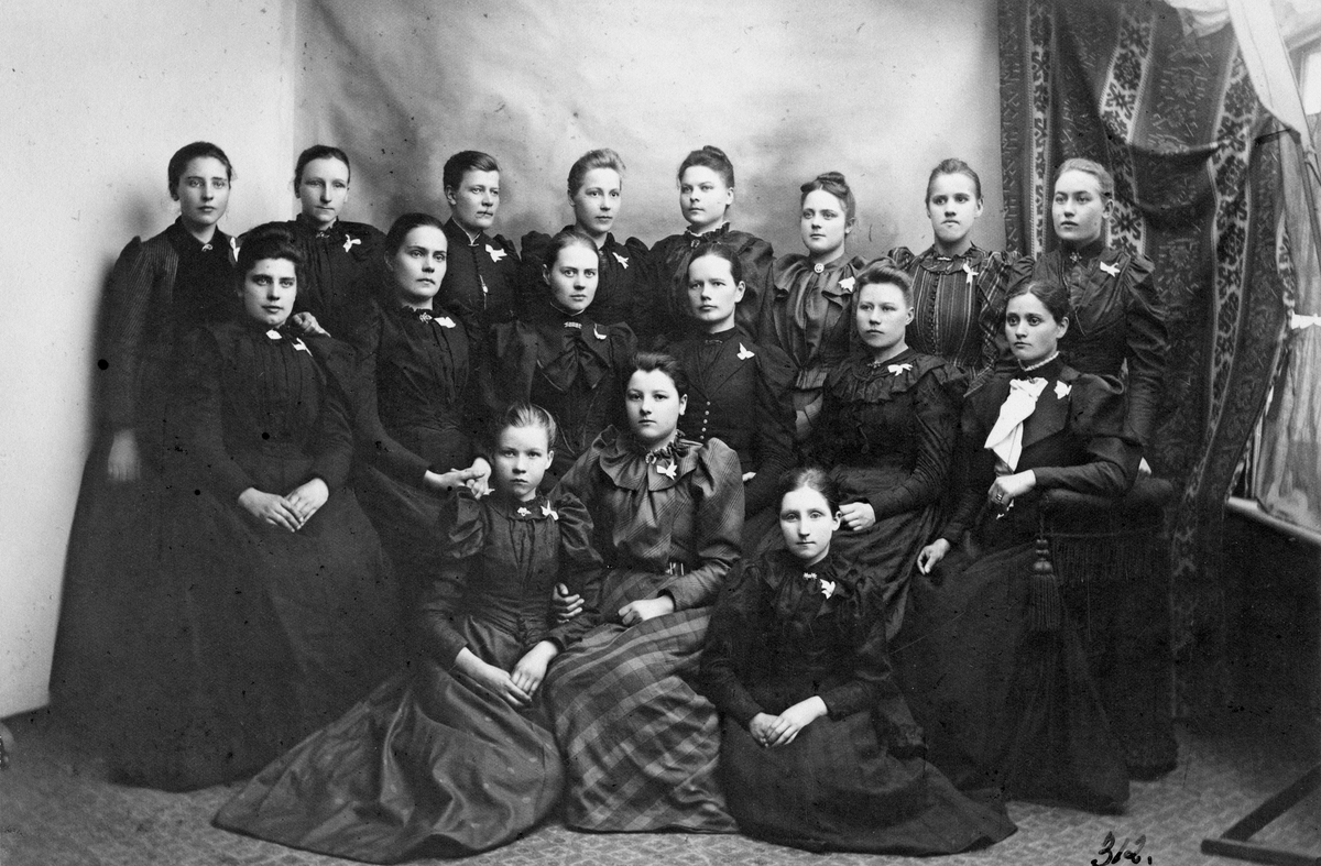 Flickor och damer, kring sekelskifte 1800-1900.