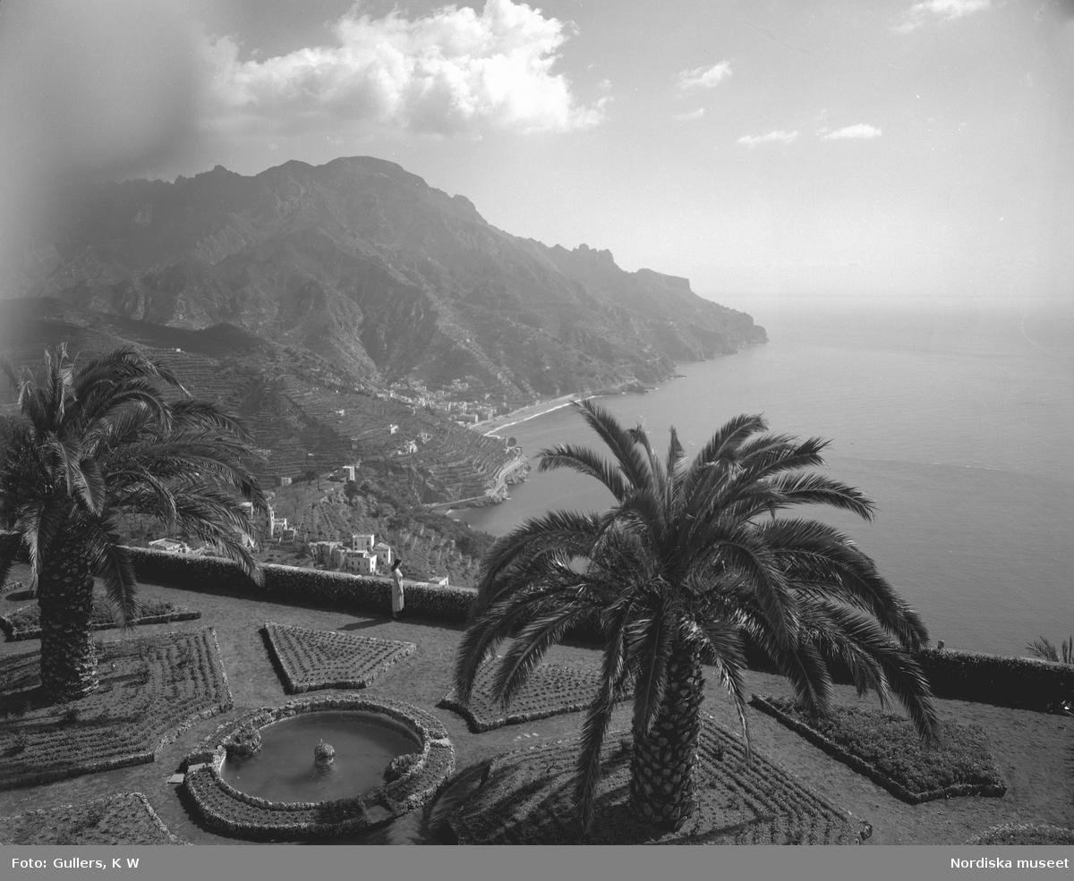 Utsikt över havet från ruinstaden Ravello som ligger 400 meter över Amalfis vågbrytare