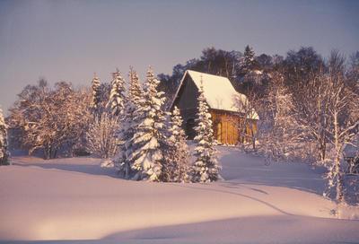 Bilde av en kirke i snødekt landskap