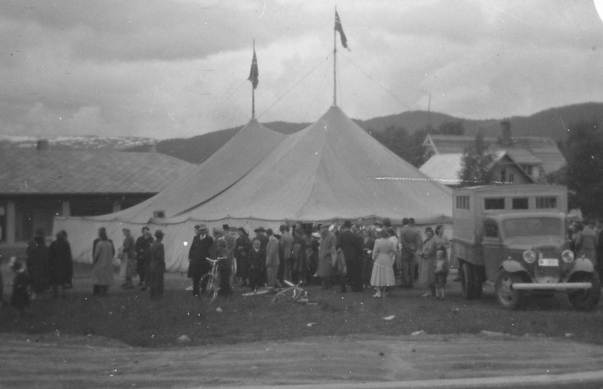 Sirkustelt ved Furuholmgården. Folkemengde utenfor. Lastebil. Ant. tidlig 1950-tall.
