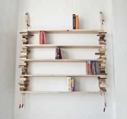 Amy Huntings Blockshelf er en bokhylle som stables av små treklosser mellom plankehyller, og knytes med gjennomgående tau