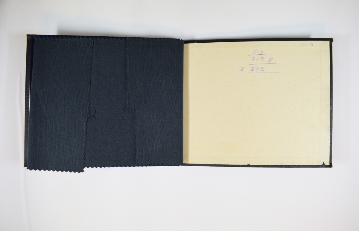 Prøvebok med 3 stoffprøver. Tynne ensfargede stoff. Stoffene ligger brettet dobbelt i boken slik at vranga dekkes. Stoffene er merket med en rund papirlapp, festet til stoffet med metallstift, hvor nummer er påført for hånd. Det siste stoffet har blitt klippet i under bruk.   Stoff nr.: 131/4, 131/5, 131/6.