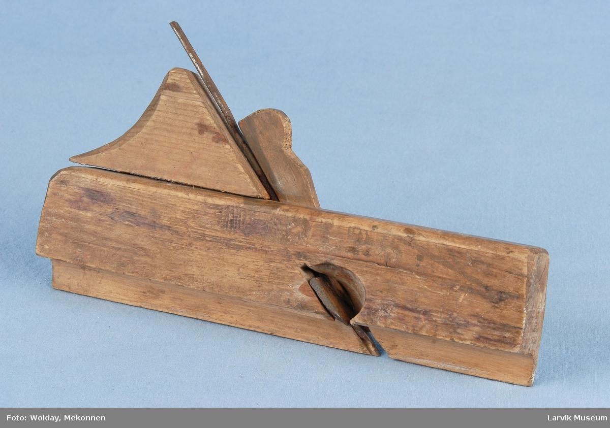 Form: Smal høvel med blad som høvler profil.