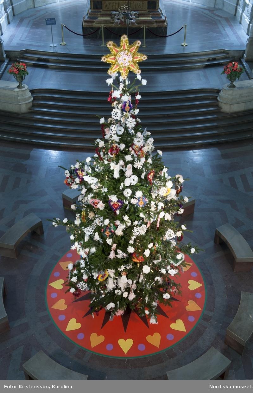 Julgran på Nordiska museet i Stora hallen 2012, med juldekoration och julpynt.