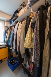 Garderob hos en kvinna i övre medelåldern från Täby, fotogra