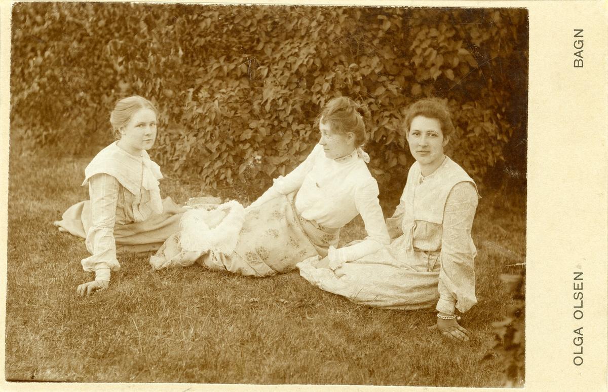 Ingeborg Berglund, Cecilie Berge og frøken Bærøe. Berglund til høgre og Berge til venstre.