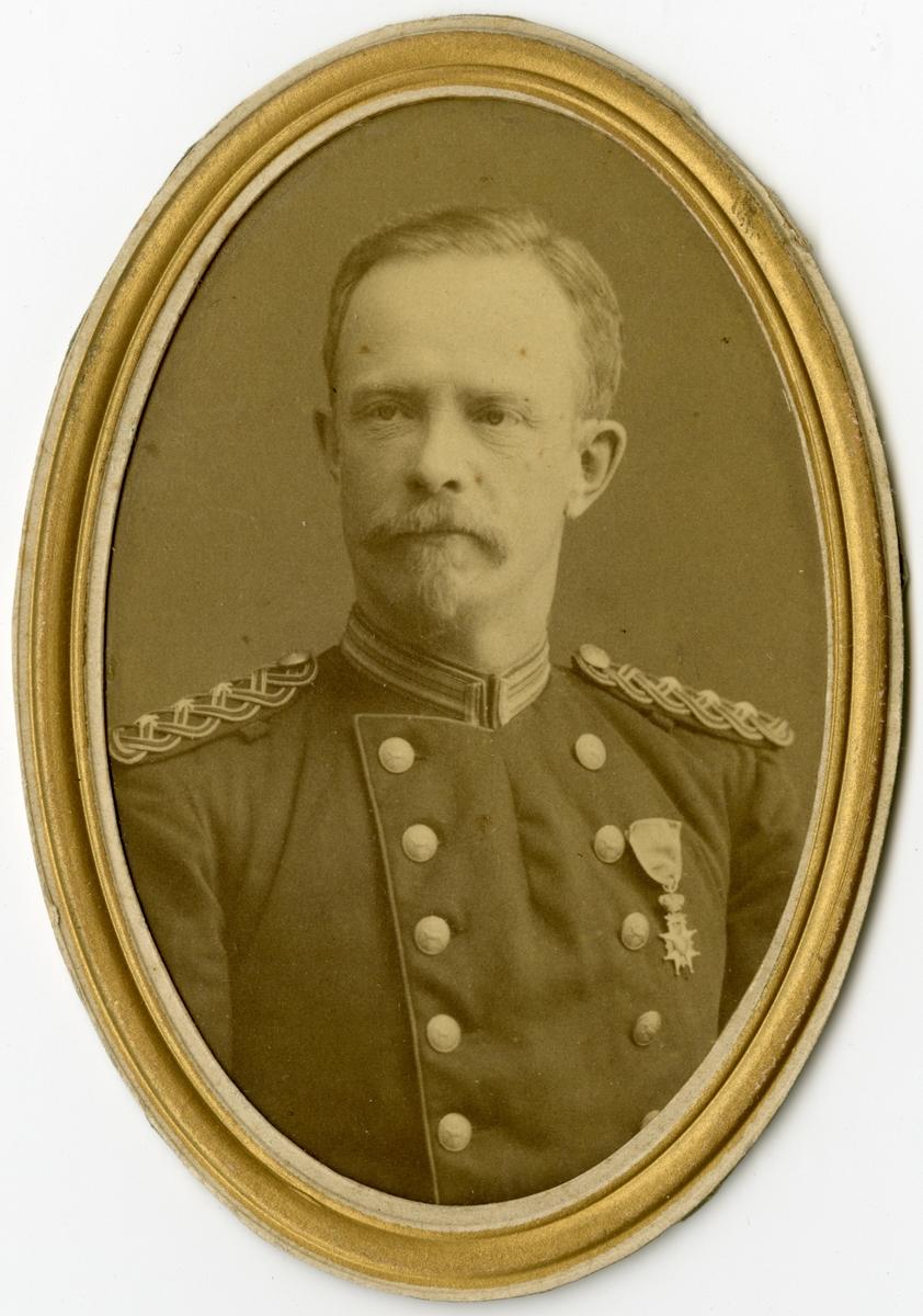Porträtt av Zacharias Edvard Wallmark, kapten vid Norrbottens fältjägarekår I 19. Se även AMA.0009201.