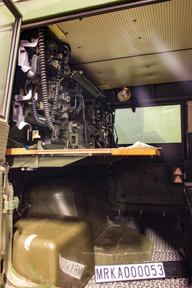 Allmänt: Utrustningen är till största delen placerad i signalistutrymmet, i två stativ ovanför ett bord med plats för tre signalister. Luformottagaren är placerad i taket i förarutrymmet.  Sambandsutrustning: Ra 121 srn A Ra 801 stn B Ra 146A stn C Ra 146A bärbar Fjärrbetjäningsenhet, radiofordon Luformottagare (Mt 931 B) Skivkonantenn: 3 st 8-m-antennmast: 3 st  Data: Motor: VOLVO B30 A.    Antal cyl: 6 st. Effekt: 117 hk vid 4 000 varv/min. Bränsle: Bensin. Tankvolym: 84 liter. Förbrukning: 2,0 liter/mil. Kraftöverföring: Växlar framåt: 4 st.   Växlar bakåt:1 st Fördelningsväxel: Ja, med hög- och lågväxel. Terrängväxel: Ja