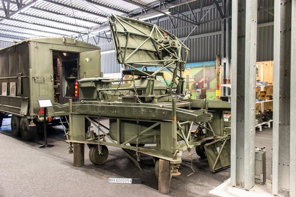 Typ FCA 1.  Allmänt: Stationen bestod av en sändtagare på X-bandet försedd med A-indikator, B-indikator och nedslagsindikator.  Vid gruppering kopplades de skenorna som fanns på flaket som antennen stod på, samman med taket på radarbussen med hjälp av två skenor, varefter antennen vinschades upp på taket med hjälp av en vajer och ett TIFOR-block. Vågledaren byggdes ihop mellan antennenheten och radarenheten.  Dragbil (Ltgb 936P) med radarvagn som släp med antenn på flak och personal i hytt. Extra dragbil för bla elverk.   Teknik: Pulsradar3 cm-bandet SändarrörMagnetron UrladdningsrörGnistgap LokaloscillatorKlystron BlandareKristall BildskärmB-indikator  Mätdataöverföring:Analoga värden via elgoner. På längre avstånd telefon Prestanda: Målantal1 Räckvidd20-30 km beroende på uppställnings¬höjd  Mätnoggrannhet2-3 streck i bäring och ca 10 m i längd