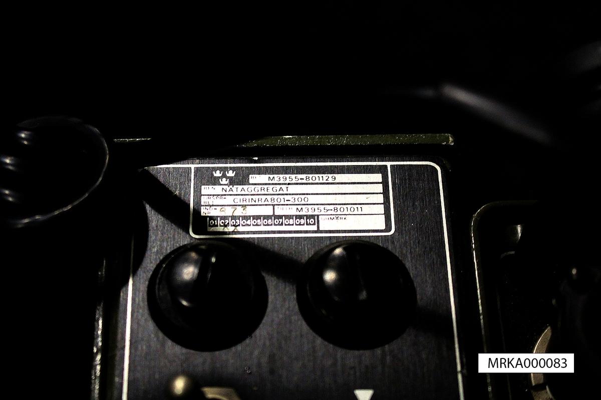Ursprungsbenämning: RA 801 Ursprungsbeteckning: CIRINR801-100  Allmänt: Stationen bestod i bärbart utförande av sändtagare med batterienhet, manöverbox med handmikrotelefon, fälttelefonkabel med vinda, antenn och bärväskor. Sändtagare med Nätaggregat vid fast installation.   Data: Frekvensområde: 138 – 147,975 MHz Kanalseparation: 25 kHz Sändareffekt: Lågeffekt = 1 W      Högeffekt = min 5 W Modulationsslag: FM Transmissionstyp: Simplex LF-modulering: Tal = 500 – 3400 Hz         Tal krypterat = 9,6 kHz         Telegrafi = 800 Hz Kanalantal: 400 st Antenner: Riktantenn.  Horisontal polarisation. Förstärkning 9 dB  Räckvidd: Upp till 40 km beroende på antenn och terräng  Manöveravstånd: Trafikbox = 500 m           Manöverbox = 50 – 100 m  Kraftförsörjning: Batteridrift: 12 V likspänning          Drifttid: 12 tim låg effekt, 8 tim hög effekt          Nätdrift: 110 V alt 220 V eller 24 v likspänning