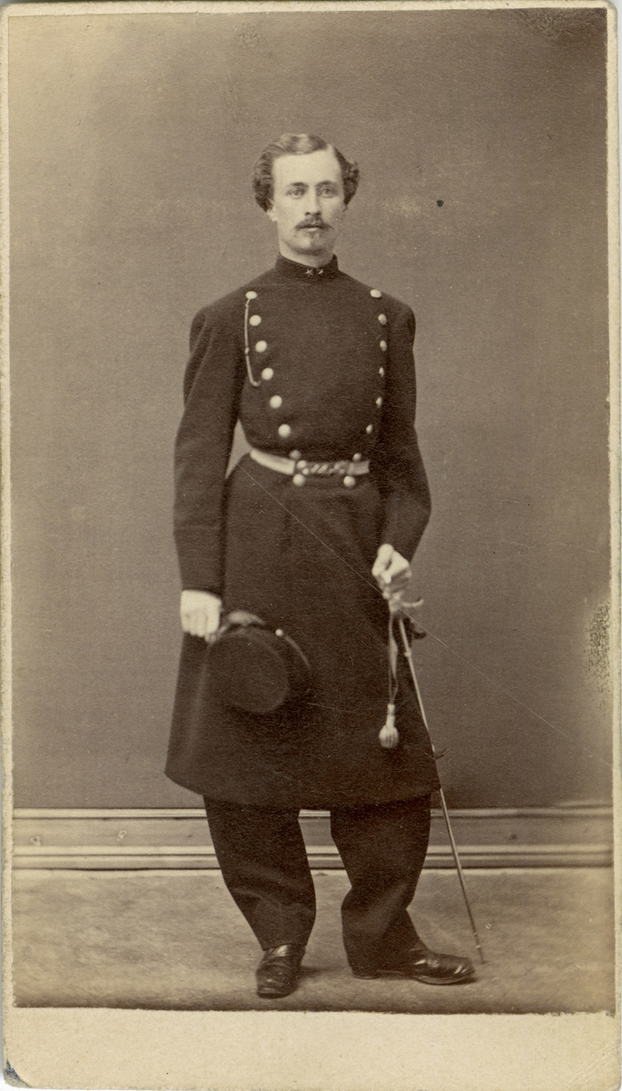 Porträtt av Oscar Eugéne Wierth, löjtnant vid Hälsinge regemente I 14. Se även AMA.0009193.