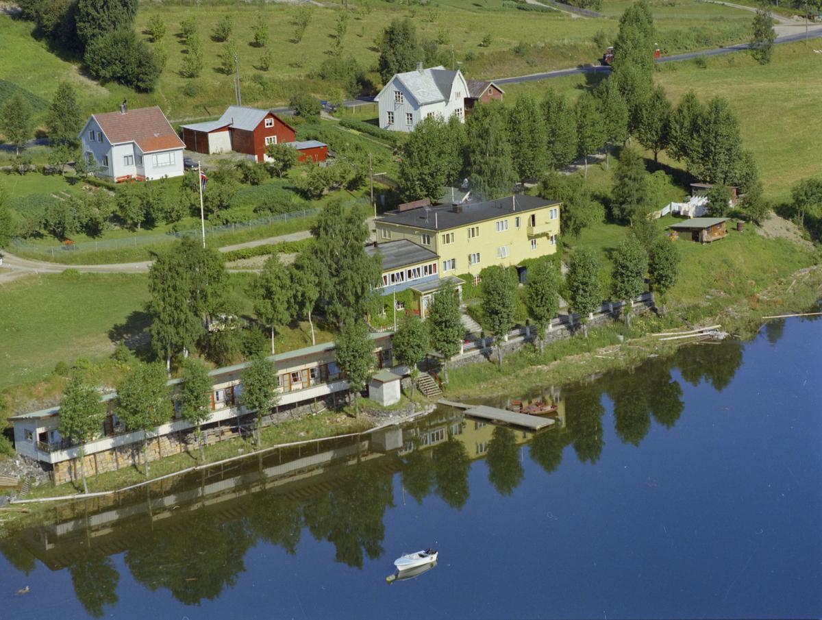 Strand Motell og Restaurant også kalt Strand Kro, Vingnes, motell, strand med brygge og småbåter.