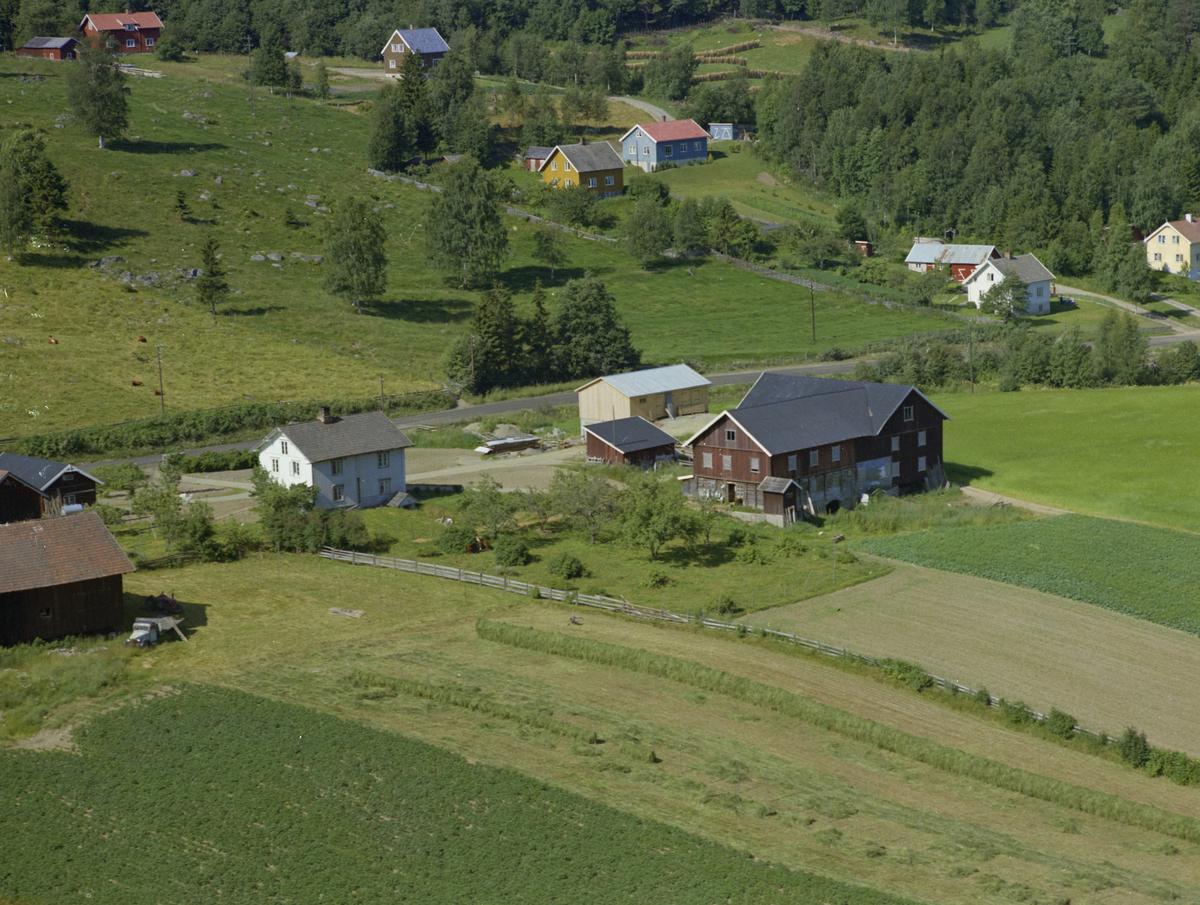 Gjøvik kommune, Biristrand. Myhre nordre, med bruksnavn Myhre nordre nedre også kalt Hauger-Myhre eller bare Hauger. I bakgrunnen Biristrandvegen 774 til 786. Gammel lastebil.