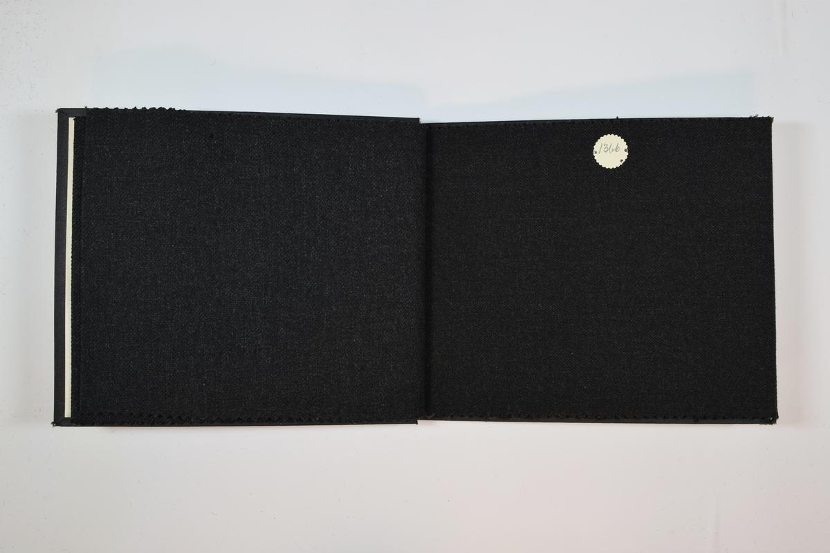 Rektangulær prøvebok med 5 stoffprøver. Middels tykke melerte stoff. Stoffene ligger brettet dobbelt i boken slik at vranga dekkes. Stoffene er merket med en rund papirlapp, festet til stoffet med metallstifter, hvor nummer er påført for hånd.   Stoff nr.: 1367/1, 1368/1, 1366, 1366/mórk, 1566/1.