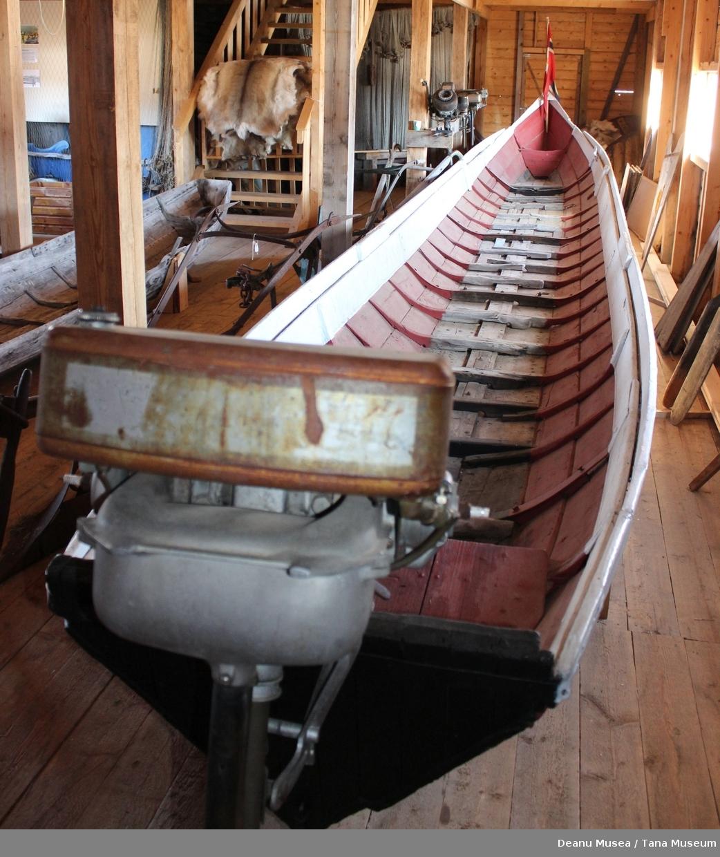 Båten ble brukt til varetransport og skysstransport for inntil 20 personer og 3000 kg nyttelast. Den ble brukt som postbåt mellom 1950-1955, som ferge over Tanaelva ved Polmak. .