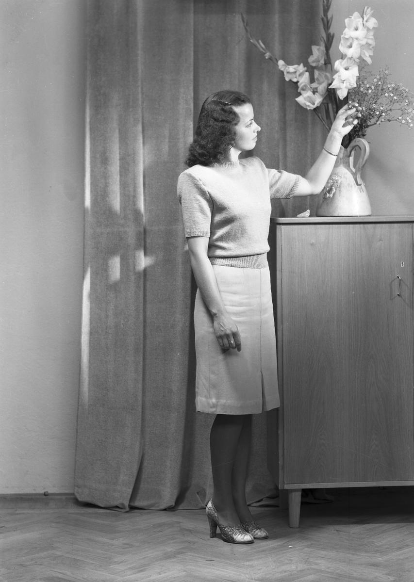 Ferdinand Sjöbergs garn. Kvinnlig modell visar stickad jumper med garn från Sjöbergs